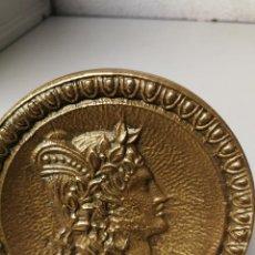 Antigüedades: GRAN TIRADOR O POMO DE PUERTA DE LATON O BRONCE CON IMAGEN DE ROMANO O GRIEGO 10 CM. DIAMETRO. Lote 118280839