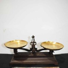 Antigüedades: BÁSCULA ANTIGUA DE HIERRO CON JUEGO DE PESAS COMPLETO. Lote 118336827