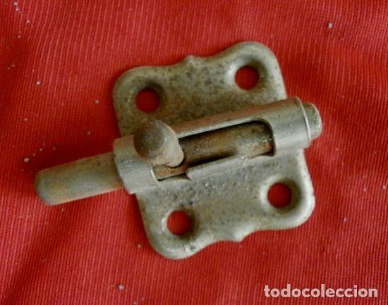 PEQUEÑO PESTILLO CERROJO PASADOR (AÑOS 60) METAL CROMADO - SIN EL PUENTE (Antigüedades - Técnicas - Cerrajería y Forja - Pestillos Antiguos)