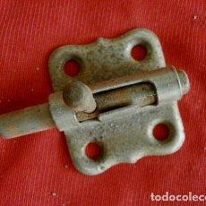 Antigüedades: PEQUEÑO PESTILLO CERROJO PASADOR (AÑOS 60) METAL CROMADO - SIN EL PUENTE. Lote 118380171