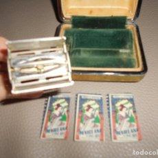 Antigüedades: MAQUINILLA DE AFEITAR GILLETTE SAFETY RAZOR PATENT MADE IN ENGLAND CON 3 HOJAS LA SEVILLANA B.E.. Lote 118405167