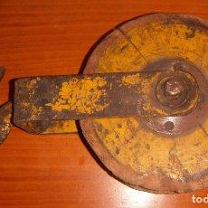 Antigüedades: ANTIGUA POLEA EN HIERRO Y MADERA GRANDE 43CM. Lote 118459619