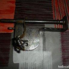 Antigüedades: CANDADO DE FORJA CON LLAVE FUNCIONA. Lote 118591943
