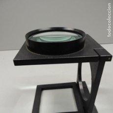 Antigüedades: EXCELENTE LUPA GRANDE DE COLECCIONISTA PLEGABLE SOBRE MESA . Lote 118595907