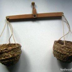 Antiguidades: PEQUEÑA BALANZA CON CESTOS DE ESPARTO JUGUETE O DECORACIÓN. Lote 118600991