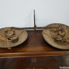 Antigüedades: ANTIGUA ROMANA BÁSCULA BALANZA DE PLATOS ARTESANAL AÑOS 50 CON PESAS. Lote 118620376