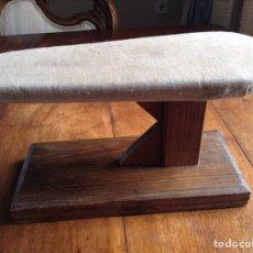 Antigüedades: TABLA PLANCHAR MANGAS Y REGALO. Lote 118639239