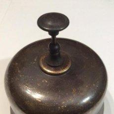 Antigüedades: LLAMADOR SOBREMESA DE LATON.TIMBRE DE HOTEL.. Lote 136271877