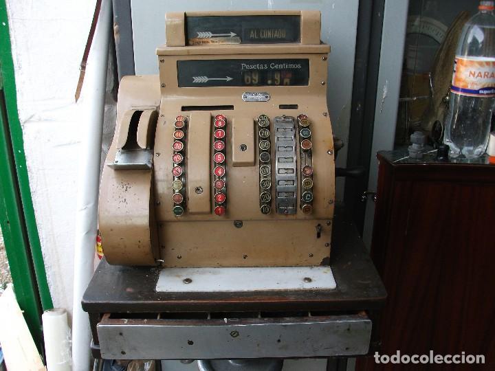 Antigüedades: Caja registradora grande de pesetas color marrón con manivela está bloqueada muy pesada 58 cm altura - Foto 2 - 118710387