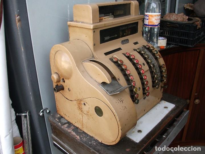 Antigüedades: Caja registradora grande de pesetas color marrón con manivela está bloqueada muy pesada 58 cm altura - Foto 3 - 118710387