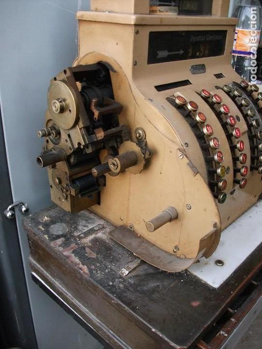Antigüedades: Caja registradora grande de pesetas color marrón con manivela está bloqueada muy pesada 58 cm altura - Foto 6 - 118710387