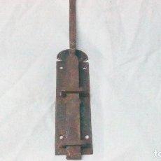 Antigüedades: PESTILLO CON MÁS DE 100 AÑOS, HIERRO FORJADO ,MIDE 62 CM DE LARGO. Lote 118748883