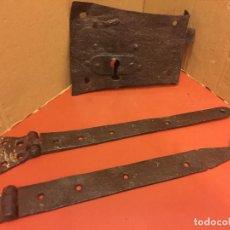 Antigüedades: LOTE DE ANTIGUAS BISAGRAS Y CERRADURA DE FORJA. GRAN TAMAÑO, VER DETALLES. Lote 119014111