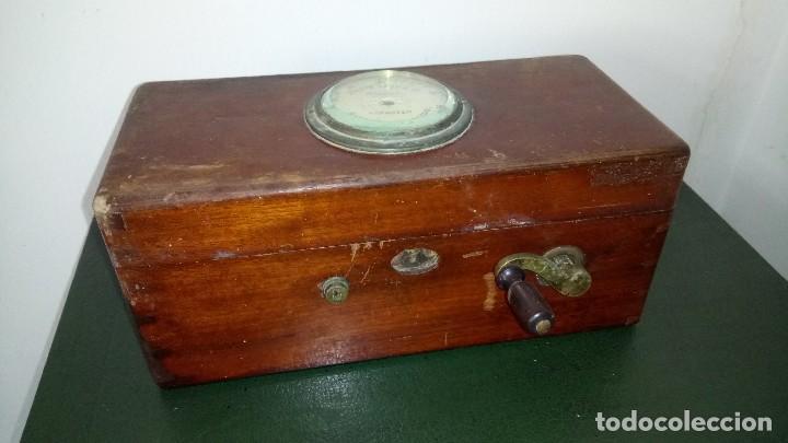ANTIGUA MAQUINA DE DESCARGAS ELECTRICAS. (Antigüedades - Técnicas - Herramientas Profesionales - Medicina)