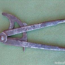Antigüedades: ANTIGUO COMPAS DE HIERRO. MARCA EXCELSIOR.. Lote 119037919