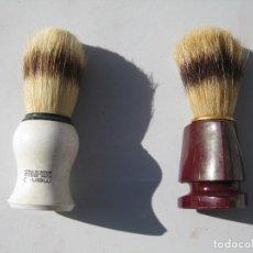 Antigüedades: LOTE DE 2 BROCHAS DE AFEITAR CON PELO NATURAL Y MANGO DE CASCO. Lote 119170415