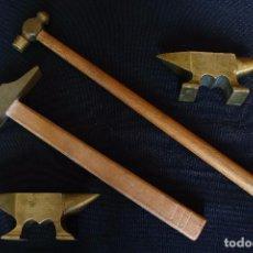 Antigüedades: PAREJA DE YUNQUES Y MARTILLOS EN BRONCE. Lote 119238143
