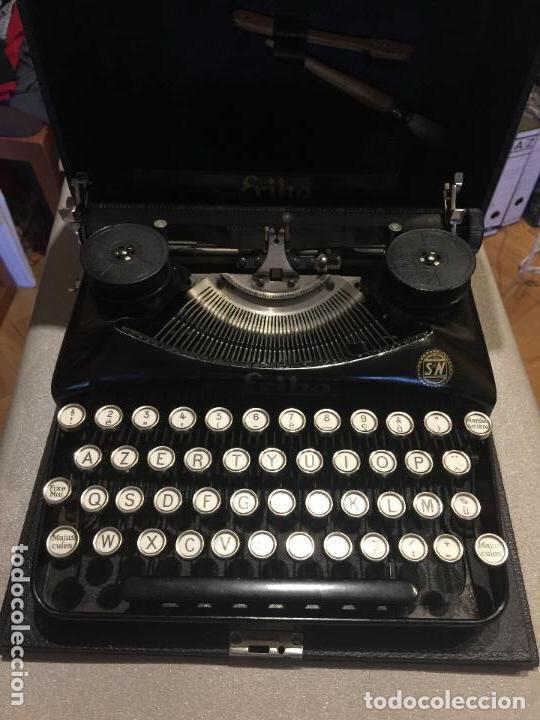 BONITA MAQUINA DE ESCRIBIR ERIKA PORTATIL, CON CEPILLOS DE LIMPIEZA, FUNDA INTERIOR Y MALETIN. (Antigüedades - Técnicas - Máquinas de Escribir Antiguas - Erika)