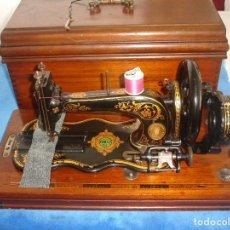 Antigüedades: PRECIOSA Y ANTIGUA MAQUINA DE COSER, FAMILY, CON BASE DE VIOLIN AÑO C.1880 ,RARO - MUY COLECCIONABLE. Lote 119320643