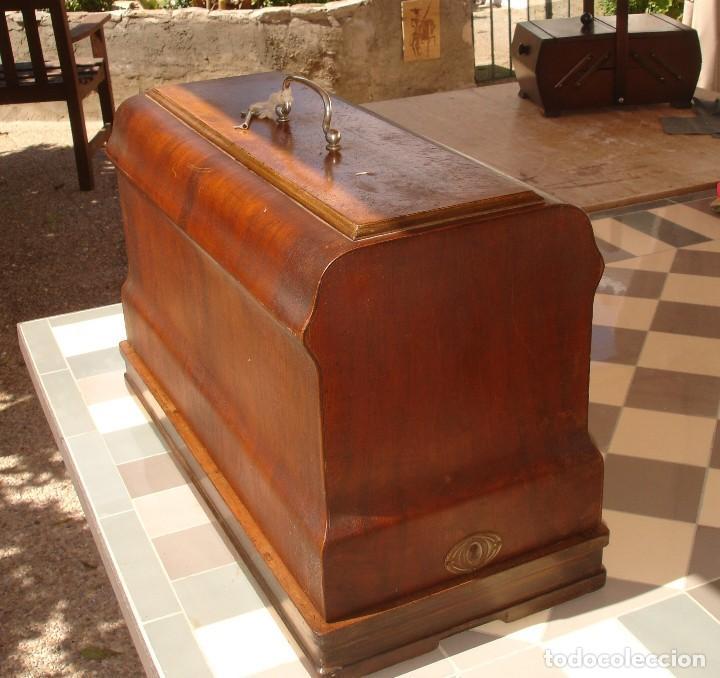 Antigüedades: ANTIGUA EXQUISITO MAQUINA DE COSER, MARCA FRISTER & ROSSMAN, CLEOPATRA, FUNCIONA Y COSE, AÑO C.1920s - Foto 8 - 119532375