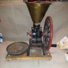 Antigüedades: ANTIGUO MOLINO DE CAFE ELMA CON PARTES DE LATON. Lote 120237151