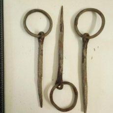 Antigüedades: LOTE DE ALDABAS ANTIGUAS ORIGINALES QUE SE USABAN PARA ATAR ANIMALES. Lote 120245679