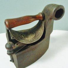 Antigüedades: ANTIGUA PLANCHA DE CARBON EN HIERRO Y MADERA. MARCA EN LA PARTE SUPERIOR. . Lote 120393739