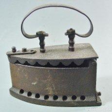 Antigüedades: ANTIGUA PLANCHA DE CARBÓN EN HIERRO. . Lote 120423699