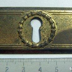 Antigüedades: EMBELLECEDOR DE LATÓN CON BOCALLAVE, ÉPOCA MODERNISTA... Lote 120867347