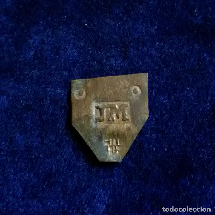 PONDERAL MONETARIO PLACA LAMINA JM (NARCIS CHRISTIA) - ESCUDO BARCELONA OO 0,4GR MONEDA XVIII (Antigüedades - Técnicas - Medidas de Peso - Ponderales Antiguos)
