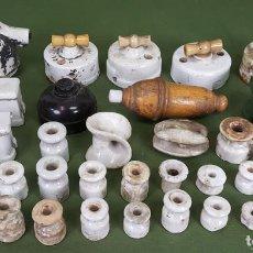 Antigüedades: COLECCIÓN DE INTERRUPTORES, FUSIBLES Y AISLANTES DE PORCELANA. SIGLO XX. . Lote 133412034