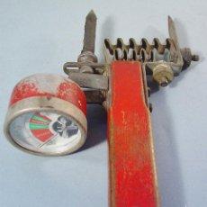 Antigüedades: ANTIGUO TESTEADOR DE BATERÍAS. HOYT ELECTRICAL INSTRUMENT WORK. PENACOOK. USA. PARA COCHES FORD. Lote 121034787