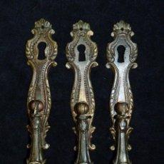 Antigüedades: LOTE DE 3 TIRADORES DE BRONCE CON BOCALLAVE. 14,5X2,5 CM. PARA PUERTAS. AÑOS 60. TIRADOR MUEBLE. Lote 121940080