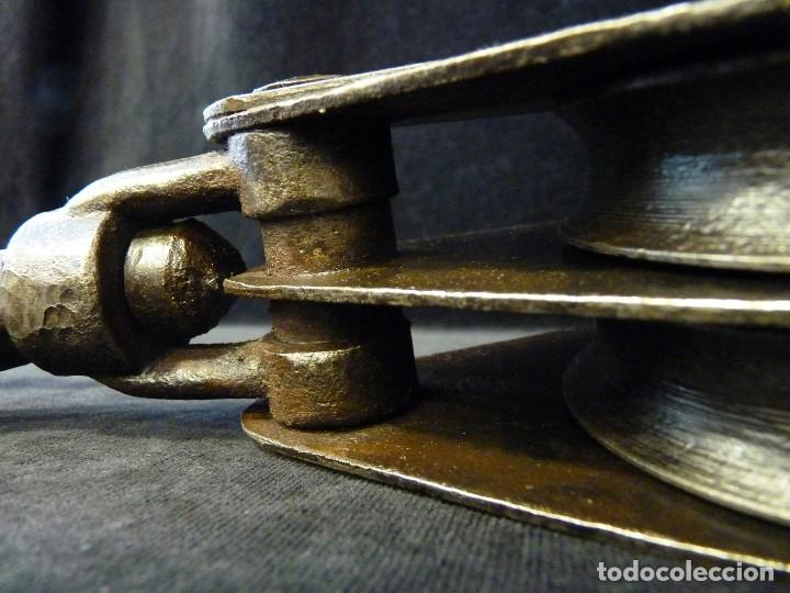 Antiquitäten: ANTIGUA POLEA DOBLE DE ACERO. GARRUCHA, PASTECA, ROLDANA. 38,5 cm. y 3,4 kg. (2) - Foto 9 - 121122575