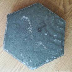 Antigüedades: ENVÍO GRATIS. BALDOSA HEXAGONAL ORIGINAL GAUDÍ PASSEIG GRÀCIA BARCELONA. Lote 121324151