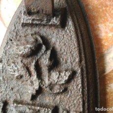 Antigüedades: ANTIGUA PLANCHA DE HIERRO CON DIBUJO DE FLOR. Lote 121386003