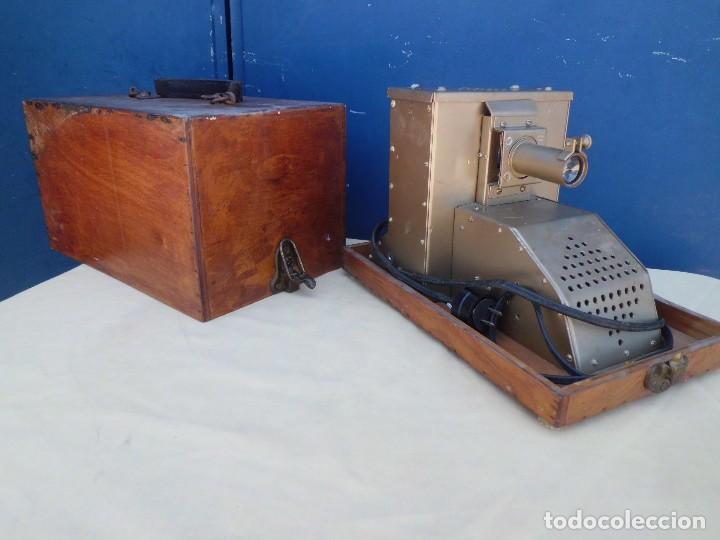 PROYECTOR AMERICANO AÑOS 40 EN SU CAJA (Antigüedades - Técnicas - Aparatos de Cine Antiguo - Proyectores Antiguos)