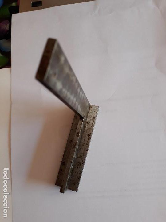 Antigüedades: ANTIGUA ESCUADRA PEANA TRAZAR MECÁNICO AJUSTADOR METAL AÑOS 60 DECORACION ESCAPARATISMO INDUSTRIAL - Foto 2 - 121432087