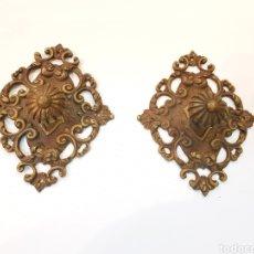 Antigüedades: PAREJA DE TIRADORES CON ADORNOS DE BRONCE. Lote 121577052