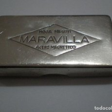 Antigüedades: CAJA METALICA MARAVILLA HOJA NEGRA ACERO MAGNETICO PARA LLEVAR HOJAS DE AFEITAR. 4,9 X 2,7 X 0,5 CM. Lote 121723187
