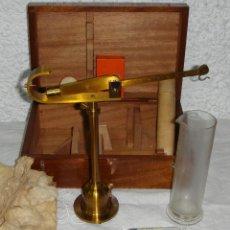 Antigüedades: CAJA CON INSTRUMENTAL DE MEDICIÓN. BASCULA. CON FLOTADOR SISTEMA REIMAN.. Lote 121795067