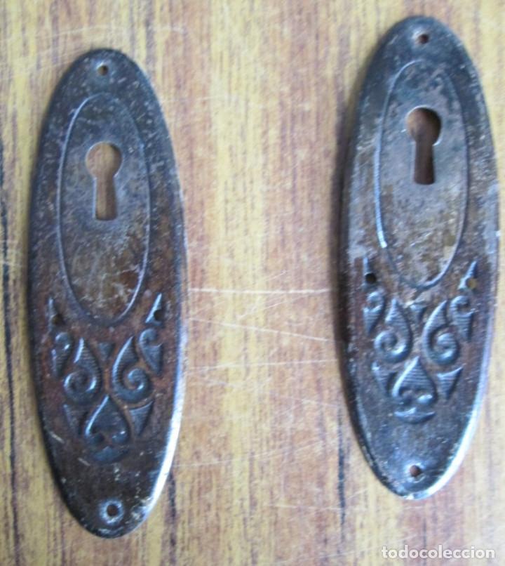 Antigüedades: Lote de 6 tiradores y 3 bocallaves - De chapa cogen imán - Foto 2 - 121807051