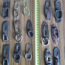 Antigüedades: 15 TIRADORES -- 6 DE LATÓN 9 CHAPA O SIMILAR COGEN IMÁN . Lote 121817715