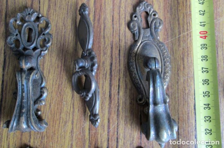 Antigüedades: 13 tiradores // 8 son de bronce – latón 5 no sé si metal blanco o latón - Foto 2 - 121817991