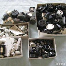 Antigüedades: GRAN LOTE DE MÁS DE 100 ANTIGUAS PIEZAS DE ELECTRICIDAD, DE BAQUELITA, PORCELANA, PLÁSTICO Y GOMA. Lote 121894683