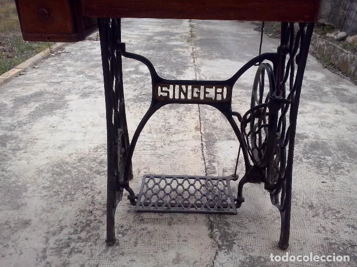 Antigüedades: MAQUINA DE COSER SINGER CON MUEBLE ORIGINAL - Foto 7 - 121979767