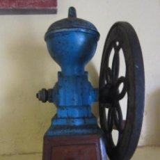 Antigüedades: 3 ANTIGUOS MOLINO DE CAFÉ Y CAFETERA EN LATÓN. Lote 122047967