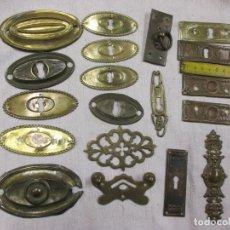 Antigüedades: LOTE DE 19 BOCALLAVES Y EMBELLECEDORES DIVERSOS PARA CAJONES PUERTAS PEQUEÑAS ETC, EN METAL, 50'S +. Lote 122130379