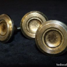 Antigüedades: LOTE DE 3 POMOS TIRADORES DE BRONCE MACIZO. 2,6 CM. CAJONES MUEBLES. VINTAGE. Lote 122141447