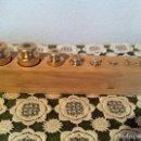 Antigüedades: BONITO JUEGO DE 8 ANTIGUAS PESAS DE BRONCE DE 2G A 200G. Lote 122277939